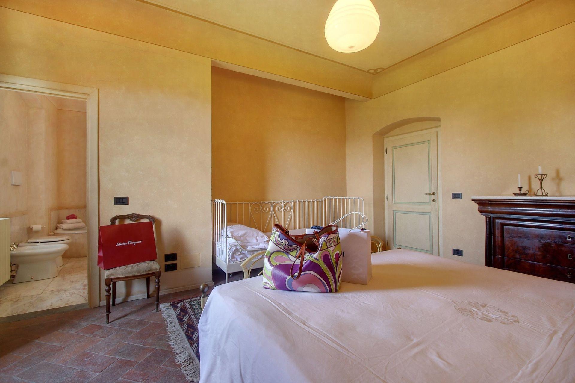 Villa lucolena casa vacanze con 10 posti letto in 5 for Villa con 5 camere da letto