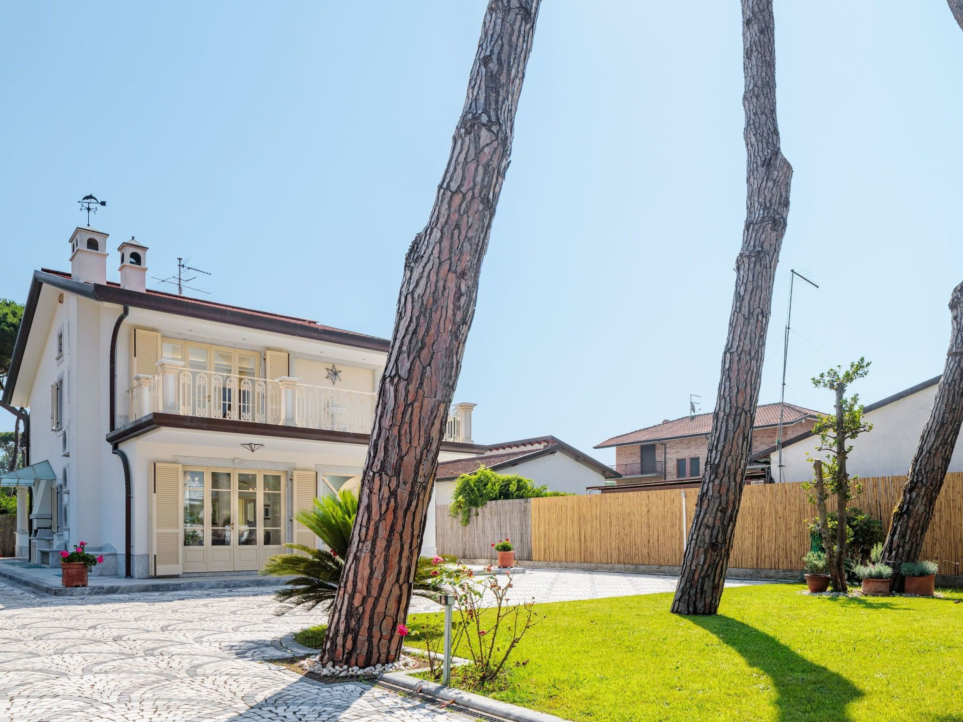 Italian Case Forte Dei Marmi verdeoro: villa that sleeps 11 people in 6 bedrooms, located