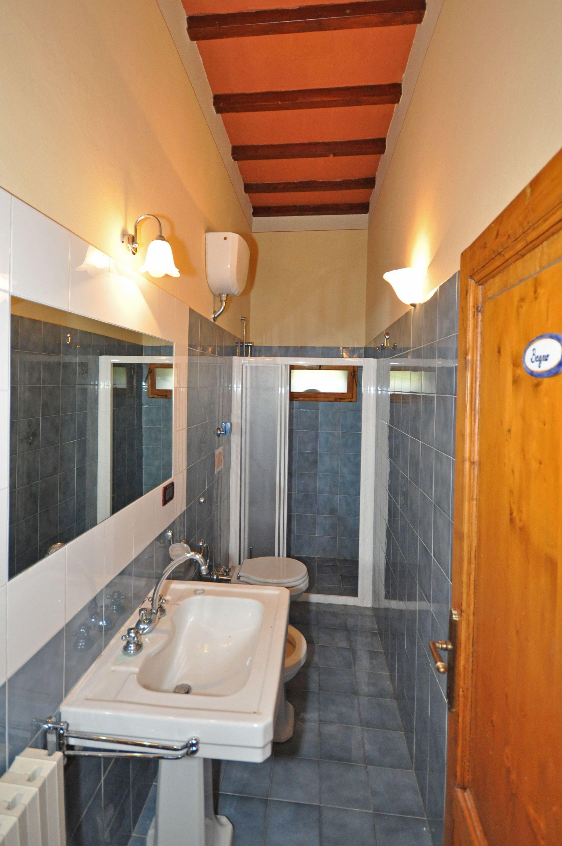 Villa cerchi casa vacanze con 14 posti letto in 7 camere for Villa con 5 camere da letto