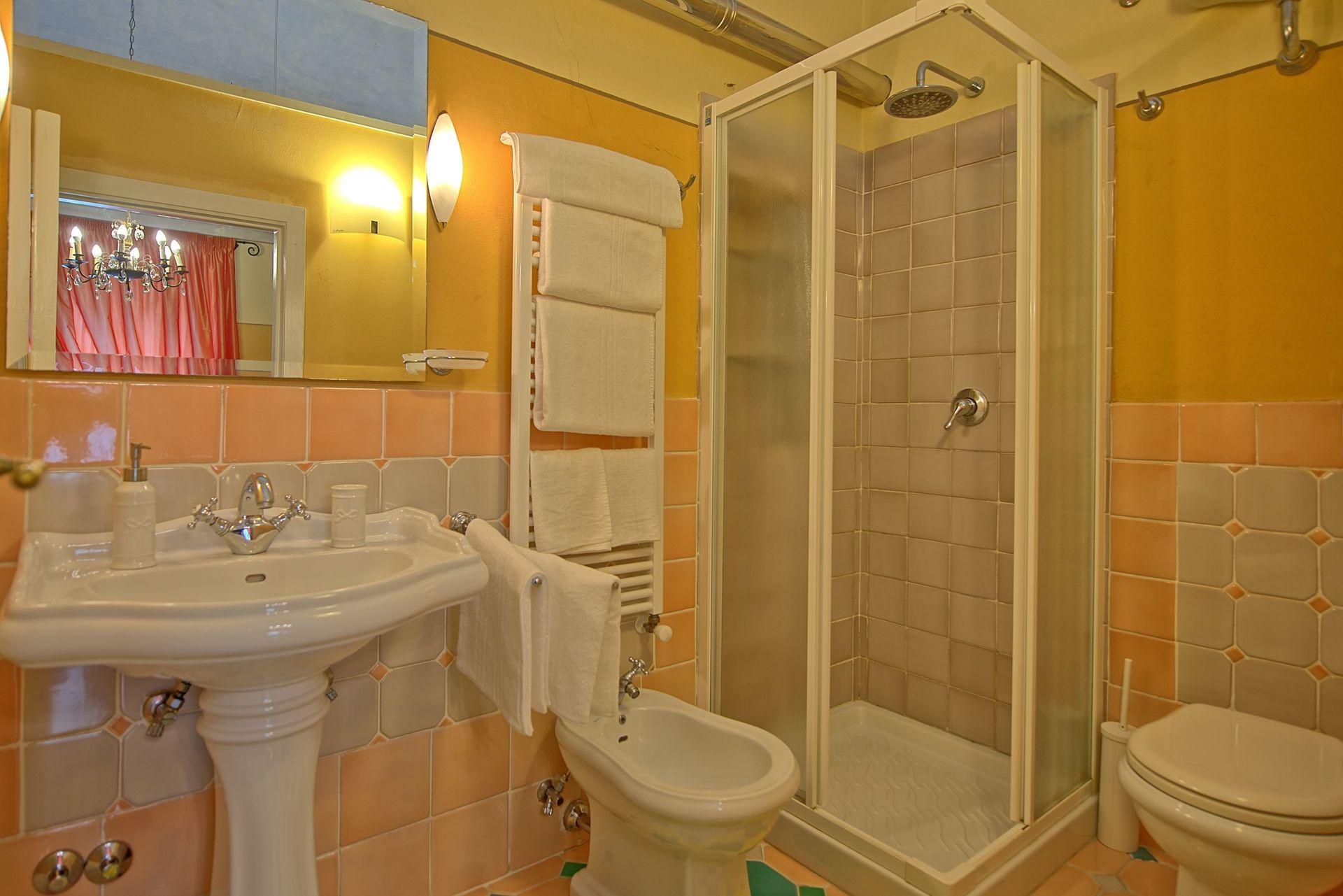 Villa lorenza casa vacanze con 22 posti letto in 10 for Branson cabin rentals 4 camere da letto